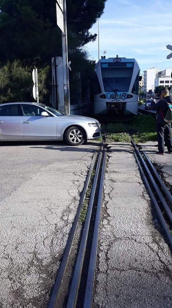 Πάτρα: Πάρκαρε το Ι.Χ. του πάνω στις γραμμές του τρένου και έφυγε!