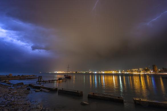 """Η """"μάχη"""" του ουρανού με την καταιγίδα πάνω από τον Πατραϊκό μέσα από τον φακό του Vassili Noble"""