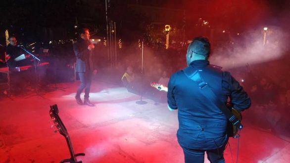 Αγρίνιο - Χαμός στην πλατεία Δημοκρατίας στη συναυλία του Χατζηγιάννη (pics)