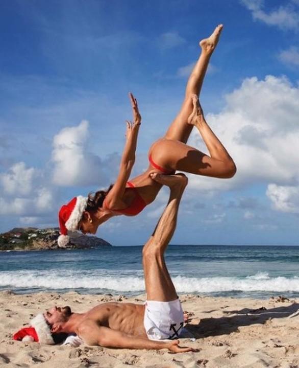 Izabel Goulart - Ακροβατικά στην παραλία με τον αρραβωνιαστικό της (φωτο)
