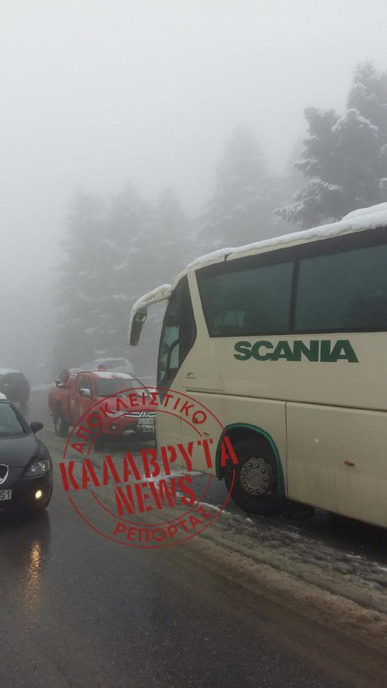 Καλάβρυτα: Η πυροσβεστική μεταφέρει κόσμο με μίνι bus - H EKAM στο σημείο (φωτό)