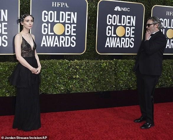 Ο Joaquin Phoenix θαυμάζει την αρραβωνιαστικιά του στο red carpet! (φωτο)