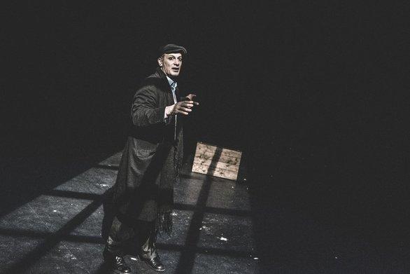 """Η θεατρική παράσταση """"Ο Αμερικάνος"""" μέσα από την κριτική του Κώστα Νταλιάνη (φωτο)"""