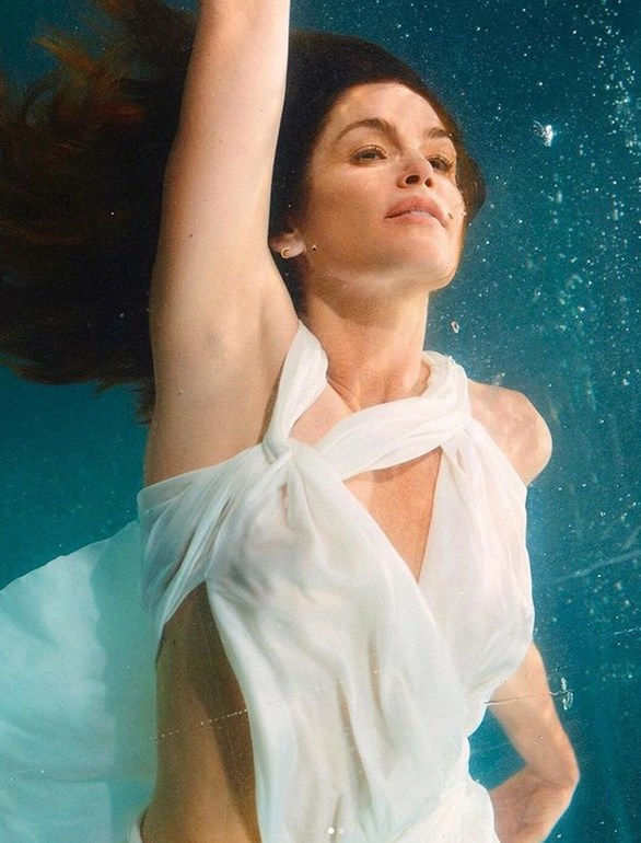 H Cindy Crawford ποζάρει κάτω από το νερό (φωτο)