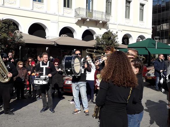 Σε καρναβαλική ατμόσφαιρα και με κόσμο το κέντρο της Πάτρας (φωτo)