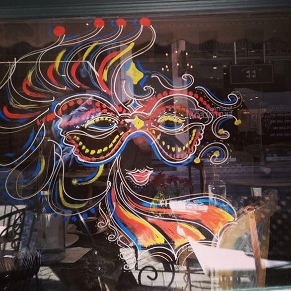 Πάτρα: Στα χρώματα του καρναβαλιού οι βιτρίνες της πόλης (φωτο)
