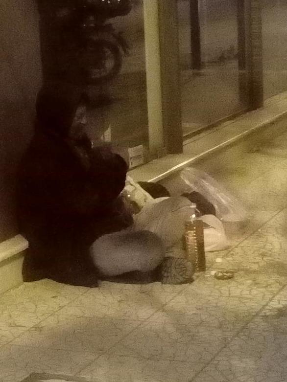 Πάτρα: Ο άστεγος που παλεύει για να μην παγώσει μέσα στο κρύο