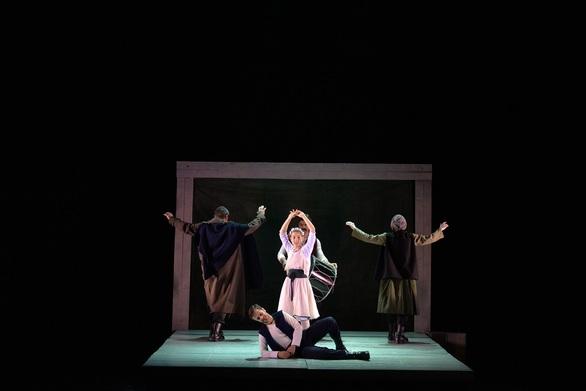 """Η Γκόλφω έφτασε στην Πάτρα! - Στρέπκος: """"Ο Περεσιάδης είναι ο Σαίξπηρ των Βαλκανίων"""" (φωτο)"""