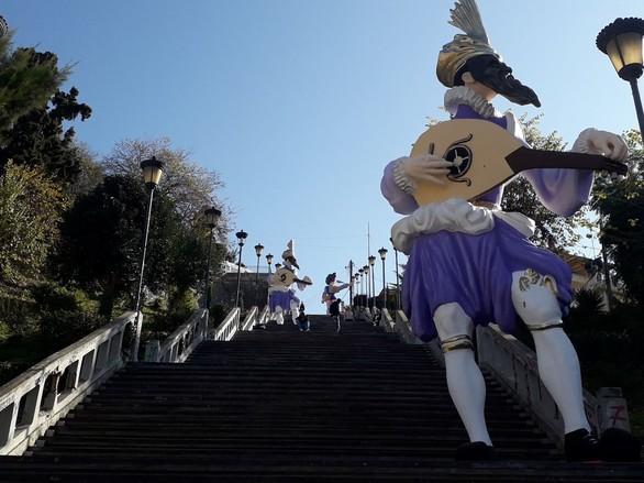 """Οι σκάλες της Αγίου Νικολάου """"φόρεσαν"""" τα καρναβαλικά τους! (φωτο)"""