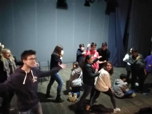 """Πάτρα - Η θεατρική ομάδα του 9ου Γυμνασίου καταπιάστηκε με το έργο """"Αγροίκοι""""! (φωτο)"""