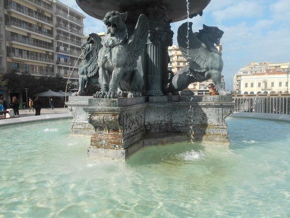 Πάτρα: Σκουριάζουν τα συντριβάνια και τα λιοντάρια της πλατείας Γεωργίου (φωτο)