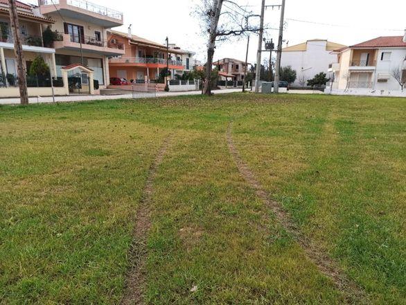 """Πάτρα: Άγνωστος """"σημάδεψε"""" με το όχημά του πλατεία στη Λεύκα (φωτο)"""