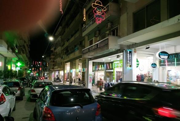Καταστηματάρχες του κέντρου της Πάτρας έβαλαν καρναβαλικό φως στα μαγαζιά τους (φωτο)