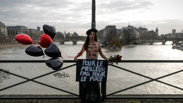 Γαλλία: Γυμνόστηθες Femen αλυσοδέθηκαν σε γέφυρα στο Παρίσι (φωτο)