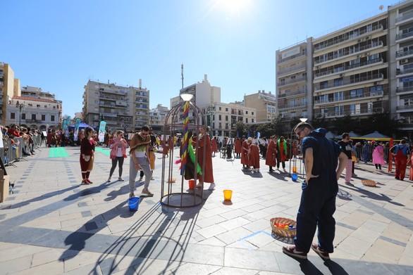 Παιχνίδι στην πλατεία Γεωργίου, μια ηλιόλουστη Κυριακή (φωτο)