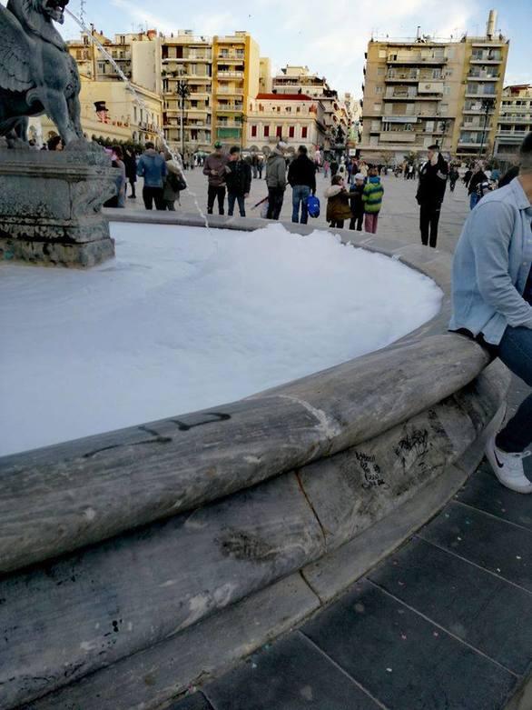 Πάτρα: Άφρισαν τα συντριβάνια της πλατείας Γεωργίου!