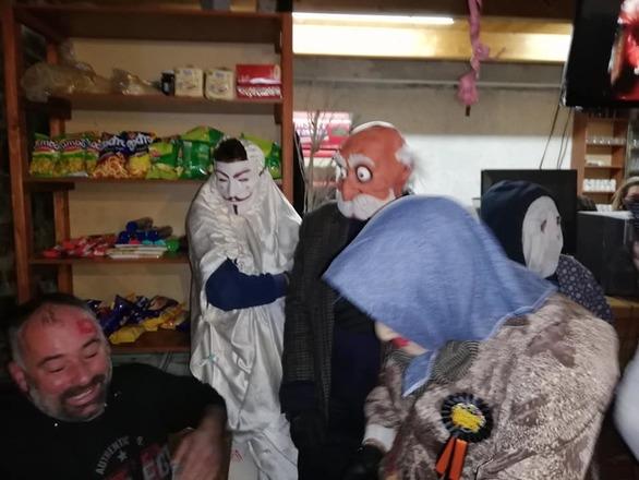 Στο Λεόντιο Αχαΐας ντύθηκαν και φέτος μπούλες και έγινε ο χαμός! (φωτo)