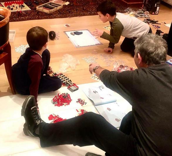 Ο Γιώργος Νταλάρας μένει σπίτι και παίζει με τα εγγόνια του