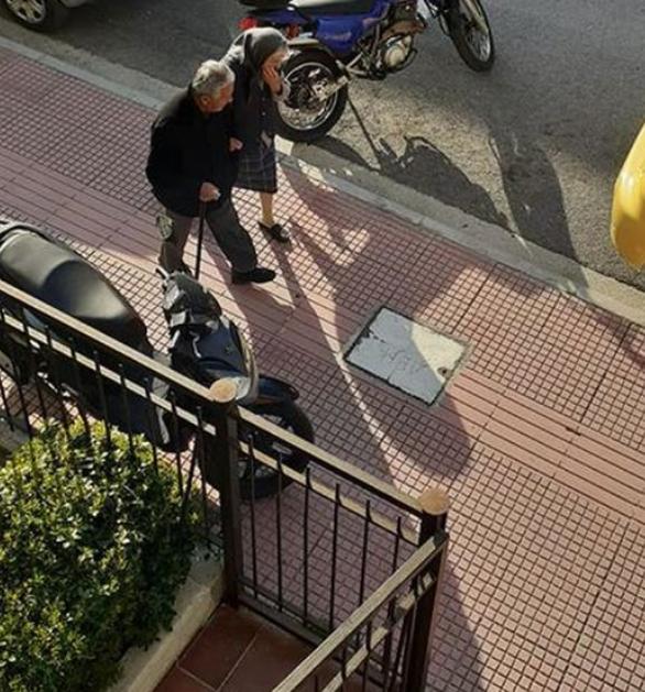 Πάτρα: Οι ηλικιωμένοι δεν κάθονται σπίτι τους (φωτo)
