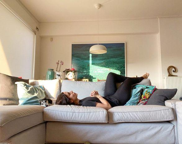 Η Τόνια Σωτηροπούλου αυτοφωτογραφίζεται στο σαλόνι της