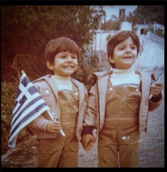 Γιώργος Τσαλίκης: Η παιδική φωτογραφία με τον αδερφό του και το μήνυμα για την 25η Μαρτίου
