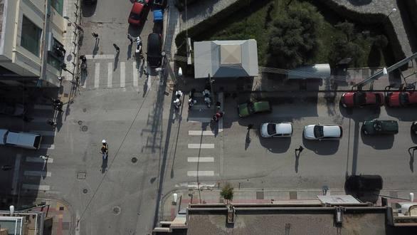 Πάτρα: Τελικά μένουμε σπίτι ή όχι; - Εικόνες από τα Ζαρουχλέικα