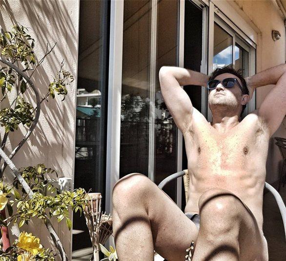 Αργύρης Αγγέλου - Βγήκε στο μπαλκόνι του και έκανε ηλιοθεραπεία