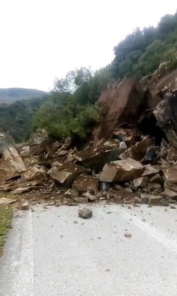 Δυτική Ελλάδα: Πτώση βράχων στην ορεινή Ναυπακτία(φωτο)