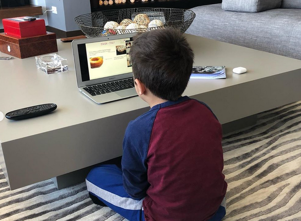 Γιώργος Λιάγκας - Φωτογράφησε τους γιους του να κάνουν μάθημα μέσω ηλεκτρονικού υπολογιστή