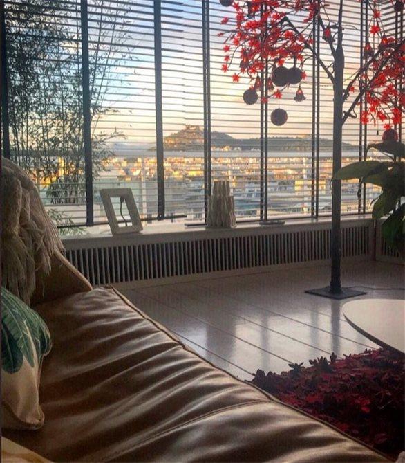 Δήμητρα Ματσούκα: Φωτογραφίζει την απίστευτη θέα που βλέπει από τον καναπέ της