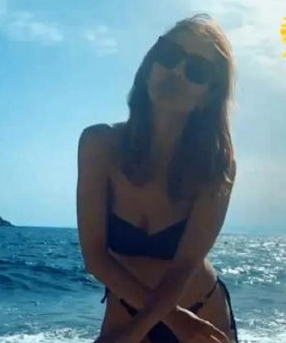 Η Δέσποινα Βανδή πόζαρε με μπικίνι στην παραλία