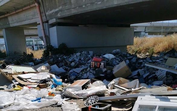 Πάτρα: Ένας τεράστιος όγκος από σκουπίδια κάτω από την αερογέφυρα στις Ιτιές (φωτο)