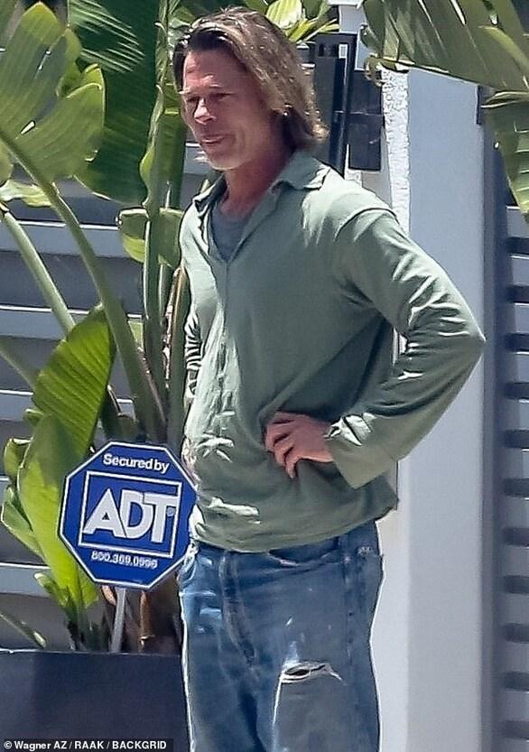 Brad Pitt - Με ατημέλητο look στους δρόμους του Μαλιμπού (φωτο)