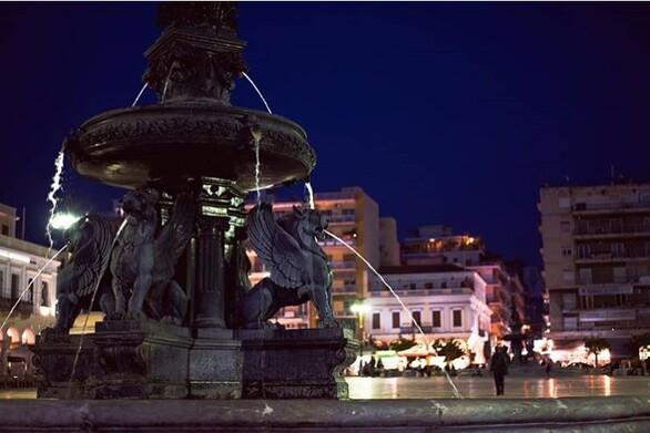 """Μπορεί να την έχουμε στο μυαλό μας ως πολύβουη τις ώρες αιχμής, ωστόσο τα βράδια ηΠλατεία Γεωργίου """"μεταμορφώνεται"""" σε σημείο συνάντησης για μικρούς και μεγάλους. Με φόντο το φωτισμένο θέατρο Απόλλων διαθέτει μαγαζιά αλλά και σημεία για άραγμα και μπυρίτσα, μην αφήνοντας κανέναν παραπονεμένο. {φωτο-johnkecha}"""
