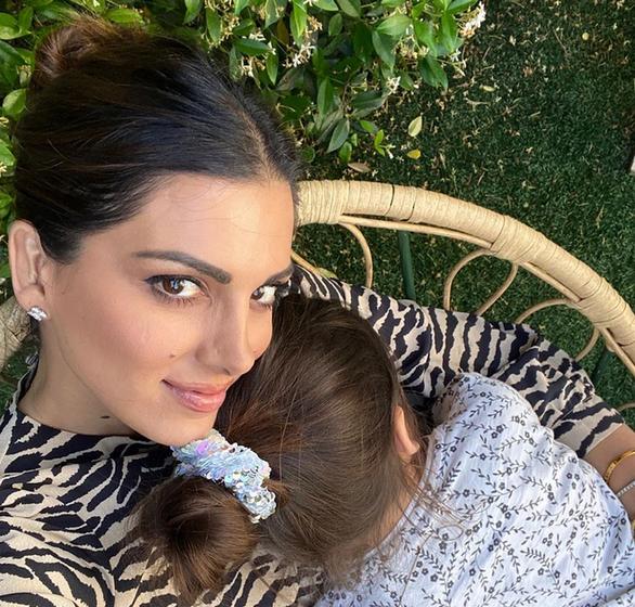 Η Σταματίνα Τσιμτσιλή αγκαλιά με την κόρη της