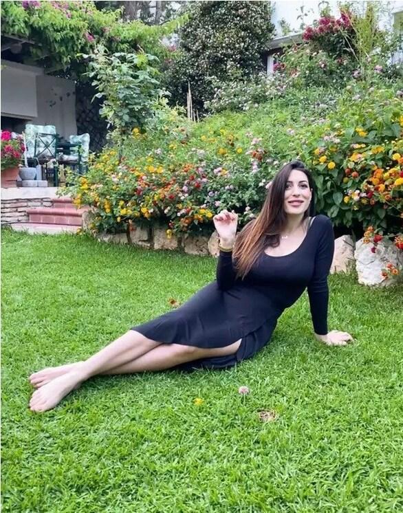 Φλορίντα Πετρουτσέλι - Ποζάρει στο γρασίδι (φωτο)