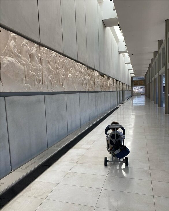 Η Σία Κοσιώνη με τον γιο της επισκέφθηκαν το Μουσείο της Ακρόπολης (φωτο)