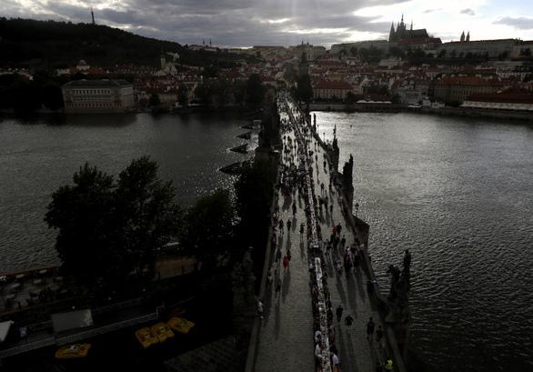 Έστησαν τραπέζι μήκους 500 μ. στην Πράγα, για να γιορτάσουν την άρση των μέτρων (φωτο)