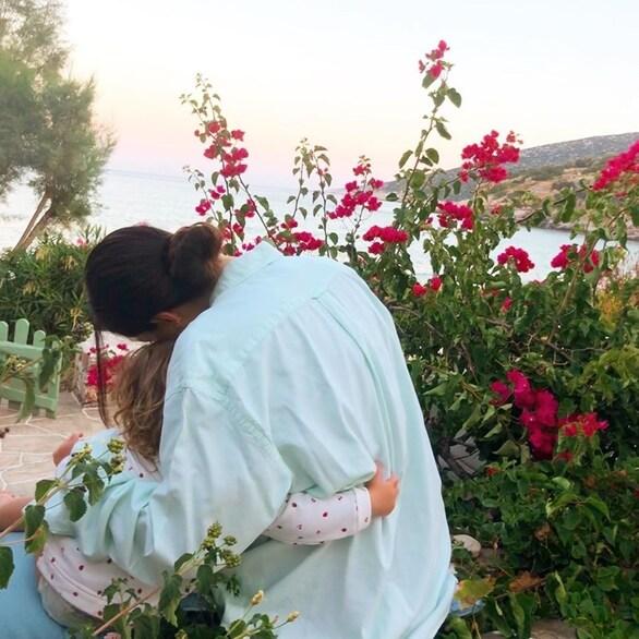 Η Φλορίντα Πετρουτσέλι αγκαλιά με την δύο ετών κόρη της (φωτο)