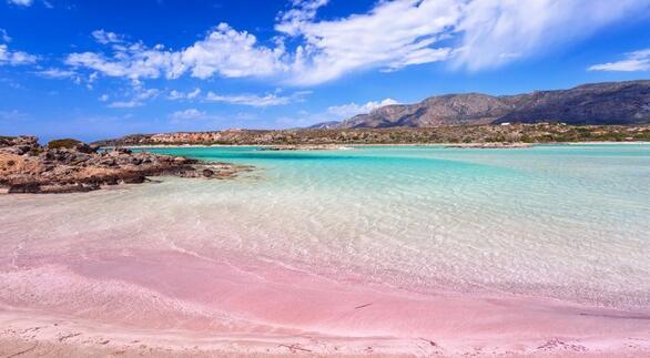 Στο απομακρυσμένο νοτιοδυτικό άκρο της Κρήτης, το Ελαφονήσι είναι ένας από τους δημοφιλέστερους προορισμούς του νομού Χανίων. Πρόκειται για μια στενόμακρη χερσόνησο που «σπάει» στην αρχή της, δίνοντας την αίσθηση ξεχωριστού νησιού που απέχει γύρω στα 150 μ. από την απέναντι ακτή. Η περιοχή έχει ενταχθεί στο δίκτυο Natura 2000 και το σκηνικό είναι τροπικό, με αβαθή γαλαζοπράσινα νερά και λευκή άμμο που παίρνει πορφυρές αποχρώσεις από τα χιλιάδες σπασμένα κοχύλια.