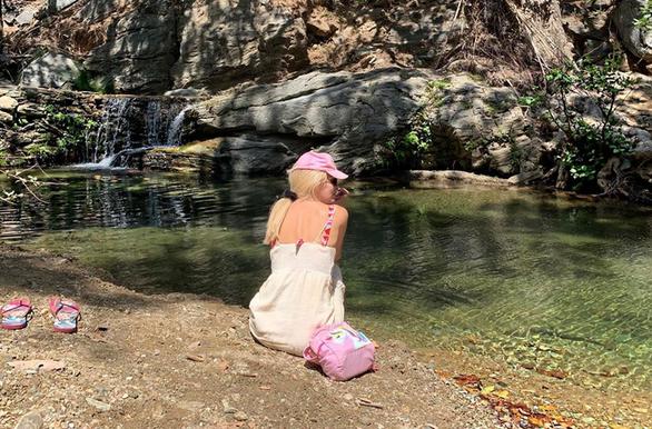 Ελένη Μενεγάκη - Ποζάρει δίπλα σε ποτάμι στα Άχλα