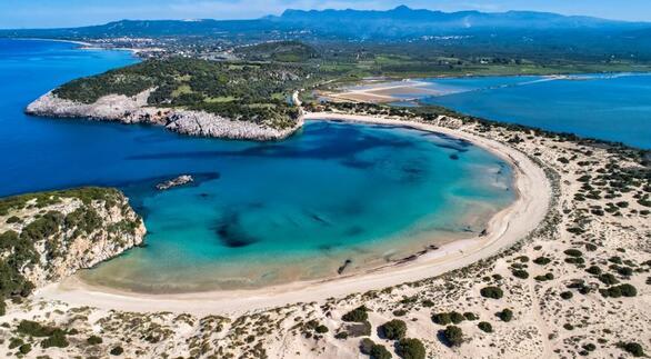 Η παραλία-σταρ της δυτικής Μεσσηνίας, με σχήμα μισοφέγγαρου, λευκή σαν πούδρα αμμουδιά και υπέροχα γαλαζοπράσινα νερά. Βρίσκεται δίπλα στη Λιμνοθάλασσα της Γιάλοβας, σε απόσταση 10 χλμ. από την Πύλο. Η ευρύτερη περιοχή έχει χαρακτηριστεί τόπος ιδιαίτερου φυσικού κάλλους και είναι ενταγμένη στο Δίκτυο Natura 2000. Αν ψάχνετε για την καλύτερη θέα στον όρμο του Ναυαρίνου και σας αρέσει η πεζοπορία, αξίζει τον κόπο να φτάσετε ψηλά ως το Παλαιόκαστρο και τη σπηλιά του Νέστορα κάτω από αυτό.