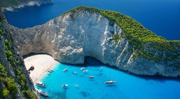 Έχει κάνει τον γύρο του κόσμου ως η απόλυτη ελληνική καρτ ποστάλ. Οι εντυπωσιακοί βράχοι, η πλούσια λευκή άμμος, τα νερά σε όλες τις αποχρώσεις του γαλάζιου και το μισοβυθισμένο στην άμμο κουφάρι ενός πλοίου στη μέση της παραλίας, δημιουργούν ένα σκηνικό που όμοιό του δεν βρίσκεις στον κόσμο. Το Ναυάγιο έχει πρόσβαση μόνο από τη θάλασσα. Από την πόλη της Ζακύνθου, το γειτονικό Πόρτο Βρώμη αλλά και από άλλα σημεία του νησιού φεύγουν καθημερινά καραβάκια για την παραλία.