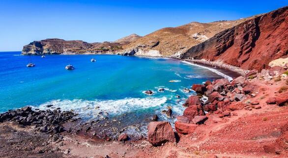 Κοντά στον αρχαιολογικό χώρο του Ακρωτηρίου βρίσκεται η πιο διάσημη ίσως παραλία της Σαντορίνης: η πολυφωτογραφημένη Κόκκινη Παραλία. Το κόκκινο των βράχων, το μπλε της θάλασσας και ένα εντυπωσιακό μείγμα λευκής, μαύρης και κόκκινης άμμου δημιουργούν μια εντυπωσιακή παλέτα χρωμάτων σε αυτό το σπάνιο τοπίο του νησιού. Στην παραλία μπορείς να πας είτε με τα πόδια από το λιμανάκι του Ακρωτηρίου είτε με βάρκες που αναχωρούν από το Καμάρι, το Ακρωτήρι και την Περίσσα.