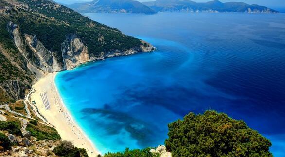 Θεωρείται η πιο διάσημη παραλία της Κεφαλονιάς, ενώ έχει αναδειχθεί πολλές φορές ως η καλύτερη παραλία της Ελλάδας. Ο Μύρτος βρίσκεται 30 χλμ. από το Αργοστόλι, κοντά στο χωριό Διβαράτα. Τα κάθετα πανύψηλα βράχια που περιβάλλουν την παραλία, τα ολόλευκα βότσαλα και το το μοναδικό γαλάζιο χρώμα της θάλασσας λόγω των ρευμάτων της περιοχής, κάνουν το τοπίο ζωγραφιά. Αν μείνετε εδώ μέχρι την ώρα του ηλιοβασιλέματος θα απολαύσετε ένα θέαμα που δεν ξεχάσετε.