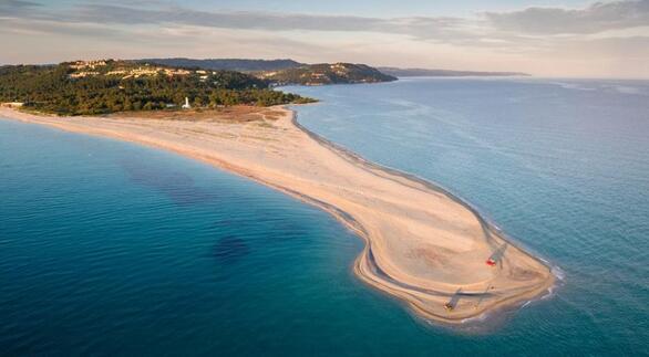 Το Ποσείδι βρίσκεται στο νοτιοδυτικό άκρο της χερσονήσου της Κασσάνδρας σε απόσταση 105 χλμ. από τη Θεσσαλονίκη. Κάντε βόλτα στον οικισμό και φτάστε μέχρι τη μύτη του Ποσειδίου, όπου μια λωρίδα γης στην άκρη της χερσονήσου μπαίνει στη θάλασσα. Αυτή η αμμόγλωσσα- σύμβολο της Χαλκιδικής είναι μία από τις πιο όμορφες παραλίες της περιοχής. Εδώ θα δείτε και έναν φάρο του 1864, ένα από τα πιο όμορφα αξιοθέατα της Κασσάνδρας.