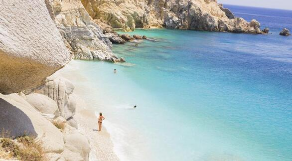 Οι Σεϋχέλλες είναι η παραλία-σταρ της Ικαρίας. Βρίσκεται στη νοτιοδυτική πλευρά του νησιού, 25 χλμ. περίπου δυτικά από τον Άγιο Κήρυκο, και δημιουργήθηκε από την διάνοιξη ενός τούνελ. Η παραλία έχει ανοιχτόχρωμα βότσαλα και λευκή άμμο και είναι περιτριγυρισμένη από εντυπωσιακούς βραχώδεις σχηματισμούς που δημιουργούν ένα ιδιαίτερο σκηνικό. Είναι δύσκολο το μονοπάτι για να έρθετε εδώ αλλά αξίζει τον κόπο.