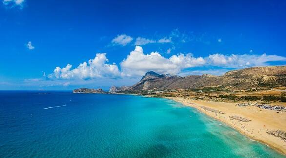Η παραλία Φαλάσαρνα βρίσκεται στη δυτική ακτή της Κρήτης, σε απόσταση 59 χλμ. από τα Χανιά και 16 χλμ. από το Καστέλι Κισσάμου, δίπλα στα ερείπια της αρχαίας Φαλάσαρνας. Αυτό που την κάνει να ξεχωρίζει είναι η λευκή άμμος, τα τιρκουάζ, κρυστάλλινα νερά και τα επιβλητικά βουνά πίσω της. Η Φαλάσαρνα αποτελείται ουσιαστικά από πέντε συνεχόμενες παραλίες- η κύρια παραλία ονομάζεται Παχιά Άμμος και είναι η πιο δημοφιλής. Αξίζει να μείνετε μέχρι το ηλιοβασίλεμα, το οποίο θεωρείται ένα από τα πιο μαγευτικά στην Κρήτη.