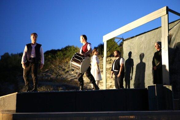 Πάτρα: Η «Γκόλφω» των αποστάσεων, που όμως φέρνει τη σκηνή ακόμα πιο κοντά με το κοινό!