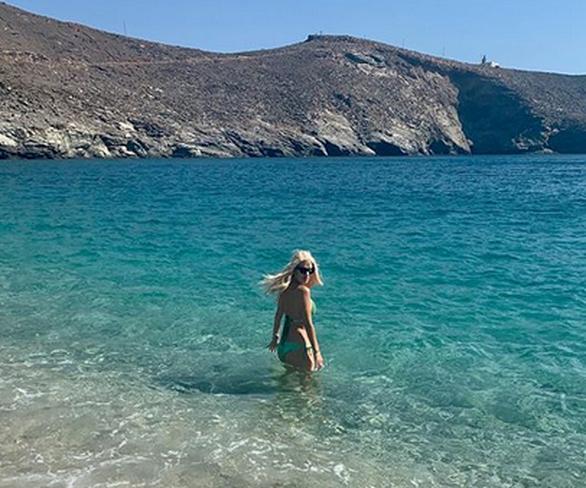 Ελένη Μενεγάκη - Απολαμβάνει τα γαλάζια νερά της Άνδρου